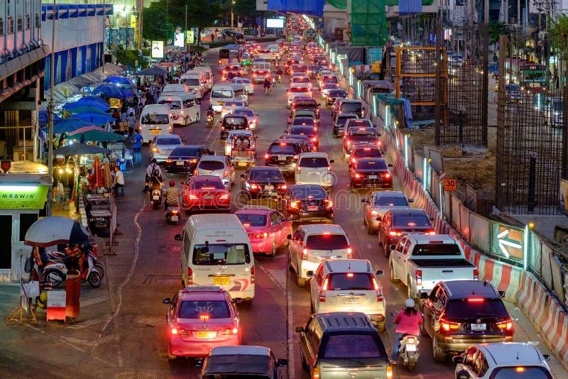 Movimentos do engarrafamento lentamente ao longo de uma estrada ocupada no centro da cidade na proibição fotos de stock royalty free