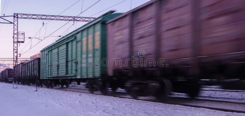 Movimentos do trem de mercadorias na alta velocidade no inverno após a queda de neve pesada Borrão de movimento parcialmente leve fotos de stock