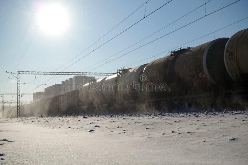 Movimentos do trem de mercadorias na alta velocidade no inverno após a queda de neve pesada Borrão de movimento parcialmente leve imagens de stock royalty free