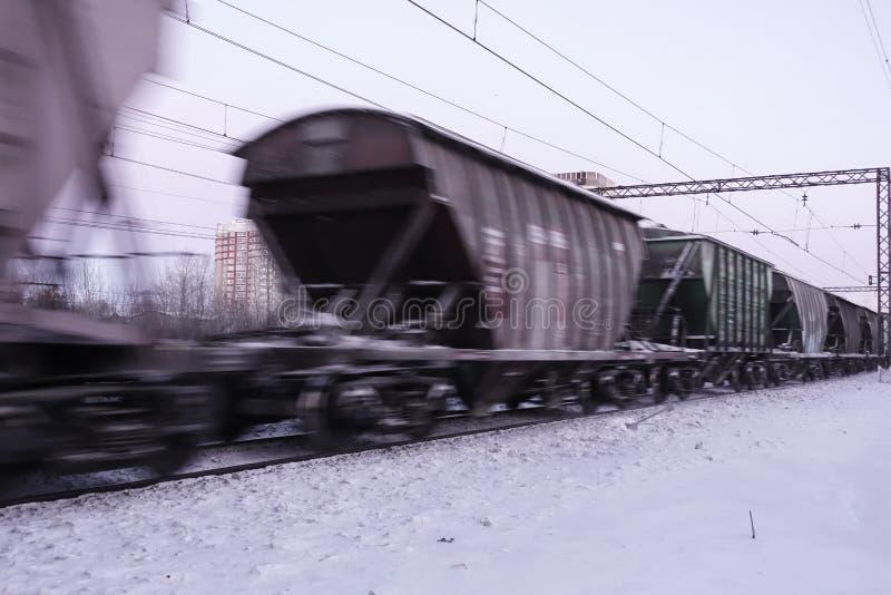 Movimentos do trem de mercadorias na alta velocidade no inverno após a queda de neve pesada Borrão de movimento parcialmente leve fotografia de stock