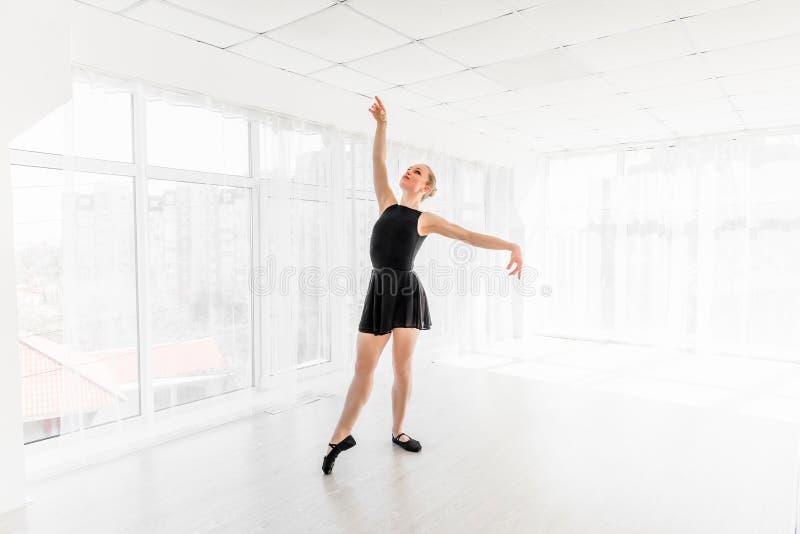 Movimentos praticando do bailado da bailarina nova imagens de stock