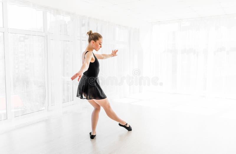 Movimentos praticando do bailado da bailarina nova imagem de stock