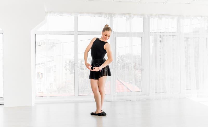 Movimentos praticando do bailado da bailarina nova fotografia de stock