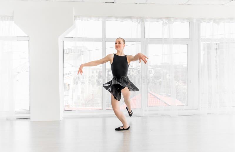 Movimentos praticando do bailado da bailarina nova imagem de stock royalty free