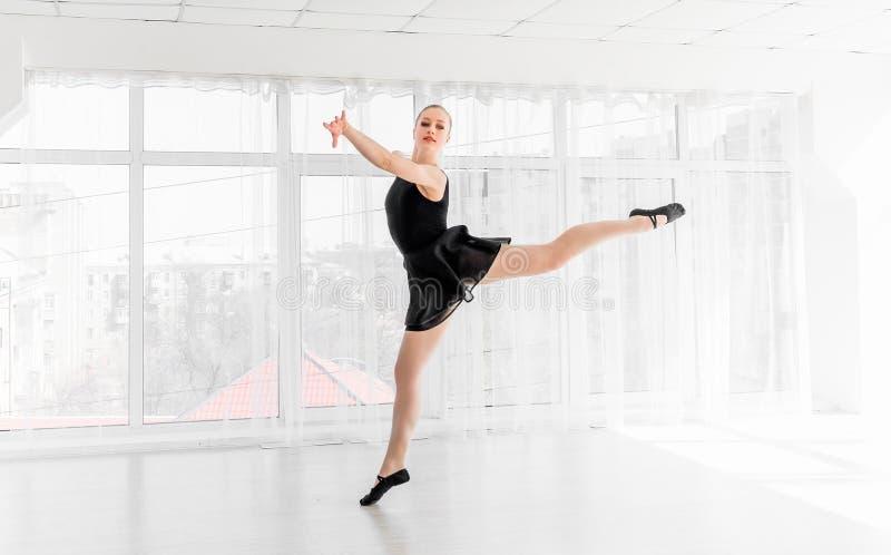 Movimentos praticando do bailado da bailarina nova imagens de stock royalty free