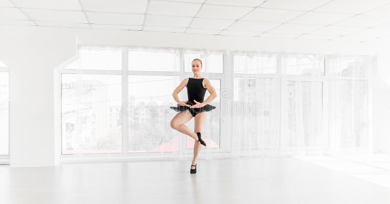 Movimentos praticando do bailado da bailarina nova foto de stock royalty free
