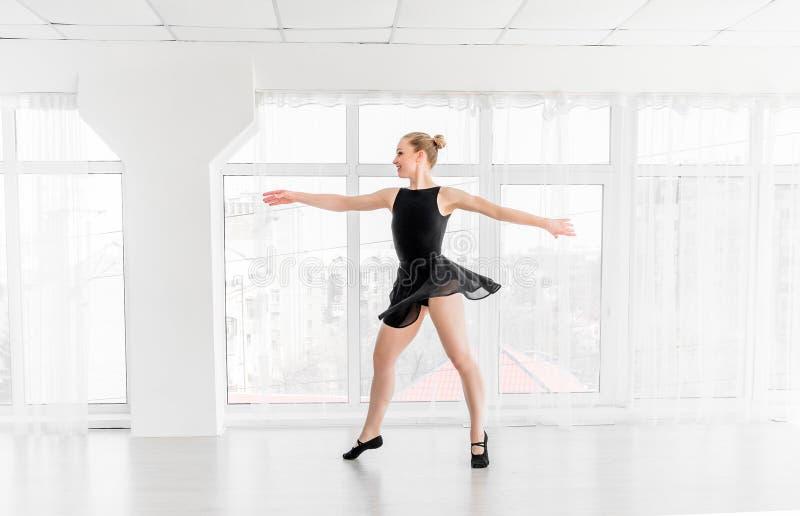 Movimentos praticando do bailado da bailarina nova foto de stock