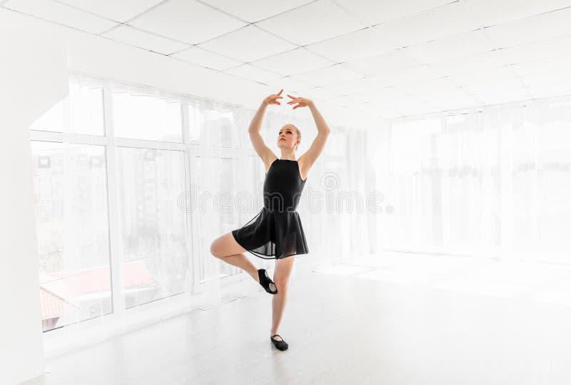 Movimentos praticando do bailado da bailarina nova fotografia de stock royalty free