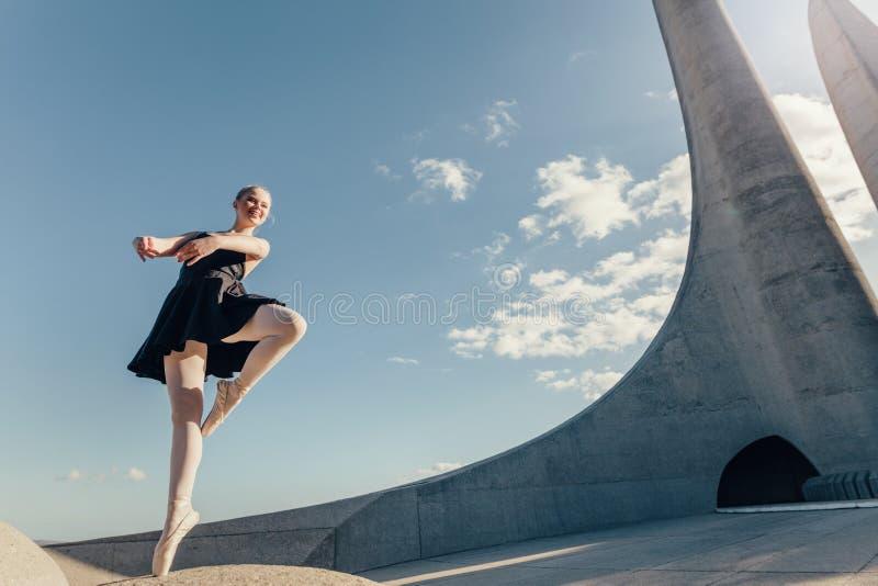 Movimentos praticando fêmeas da dança do dançarino de bailado fotos de stock royalty free