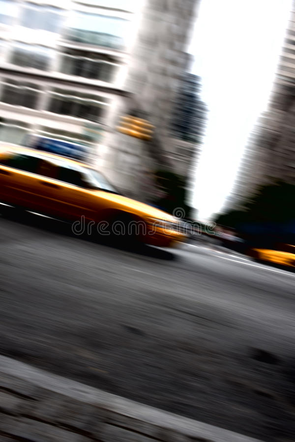Movimiento amarillo de la casilla de taxi que apresura fotografía de archivo libre de regalías