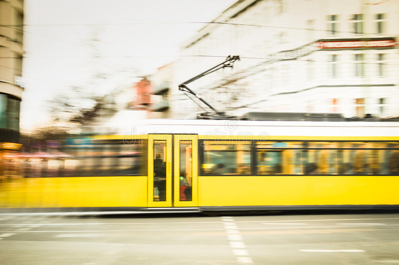Movimiento borroso de la tranvía amarilla defocused en las calles de Berlín imágenes de archivo libres de regalías