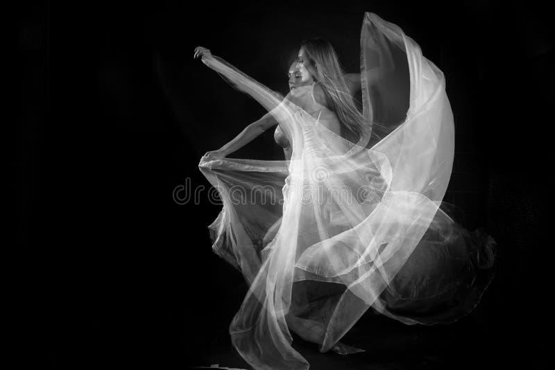 Movimiento con las telas transparentes y la exposición larga imagenes de archivo