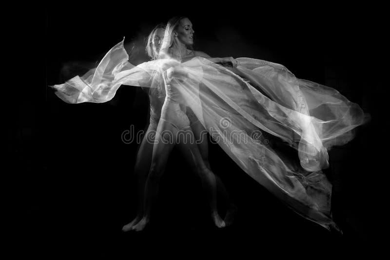 Movimiento con las telas transparentes y la exposición larga foto de archivo libre de regalías