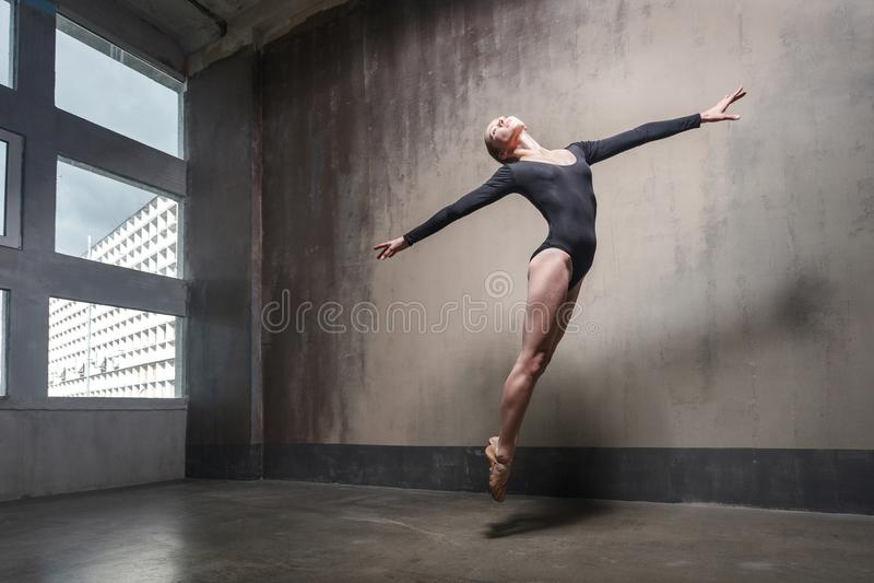Movimiento, concepto de salto Contemporáneo de baile de la mujer fotos de archivo libres de regalías