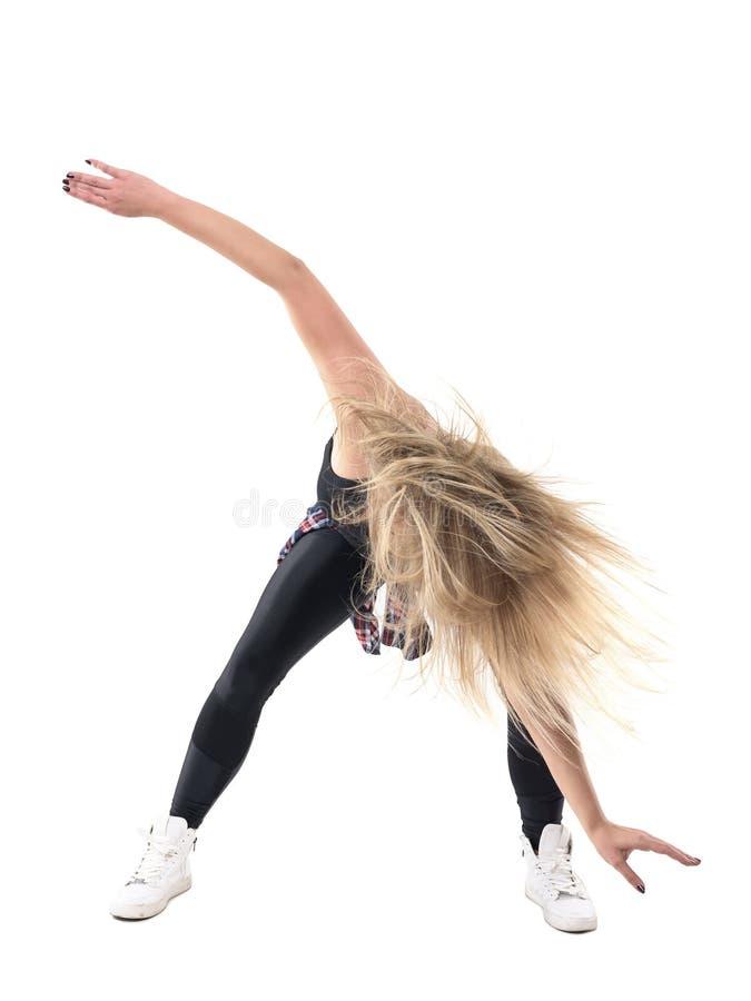 Movimiento de la acción de la danza doblada del jazz del baile del instructor de los aeróbicos de la mujer con el pelo despeinado imagen de archivo libre de regalías