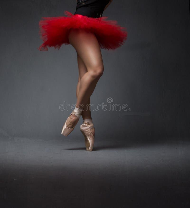 Movimiento de la bailarina en punto fotos de archivo