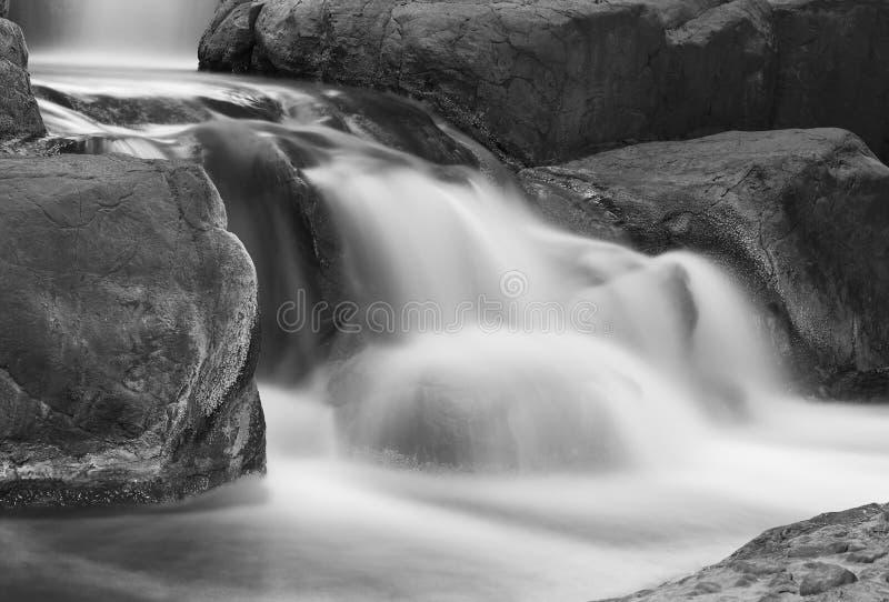 Movimiento de la cascada en las rocas imagenes de archivo
