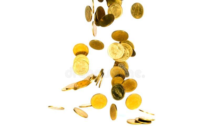 Movimiento de la moneda de oro que cae, de la moneda del vuelo, del dinero de la lluvia aislado en el fondo blanco, del negocio y imagenes de archivo