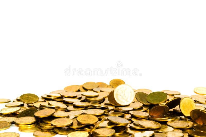 Movimiento de la moneda de oro que cae, de la moneda del vuelo, del dinero de la lluvia aislado en el fondo blanco, del negocio y foto de archivo