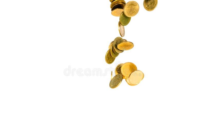 Movimiento de la moneda de oro que cae, de la moneda del vuelo, del dinero de la lluvia aislado en el fondo blanco, del negocio y foto de archivo libre de regalías