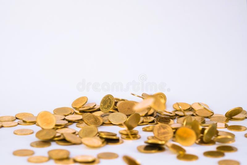 Movimiento de la moneda de oro que cae, moneda que vuela, dinero de la lluvia con suavidad fotos de archivo