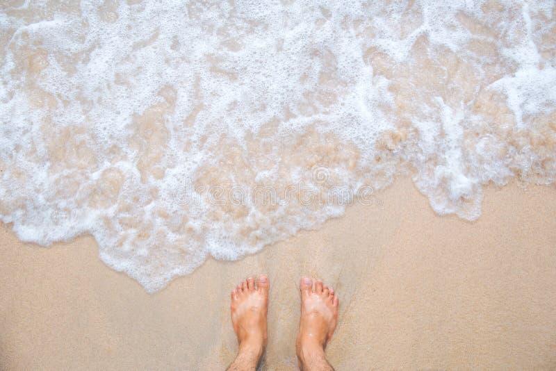 Movimiento de la onda del mar con los pies y la arena fotos de archivo libres de regalías