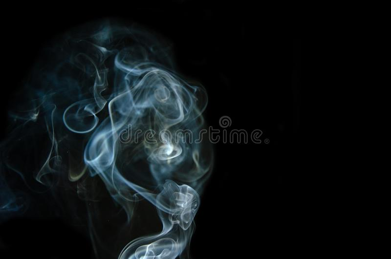 Movimiento del humo blanco aislado en fondo negro imagenes de archivo