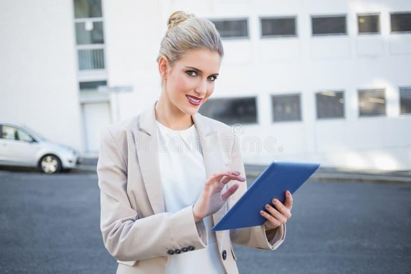 Movimiento en sentido vertical elegante alegre de la empresaria en la tableta digital imagen de archivo libre de regalías