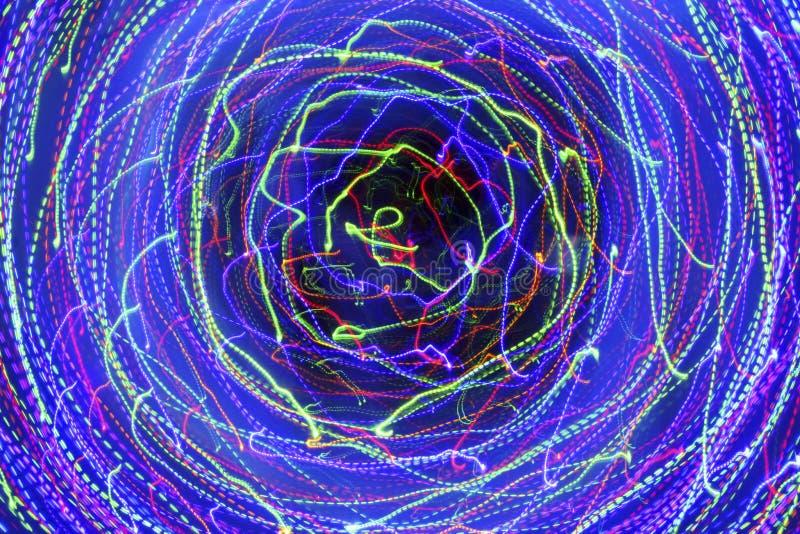 Movimiento en un círculo Fondo oscuro abstracto con multi brillante ilustración del vector
