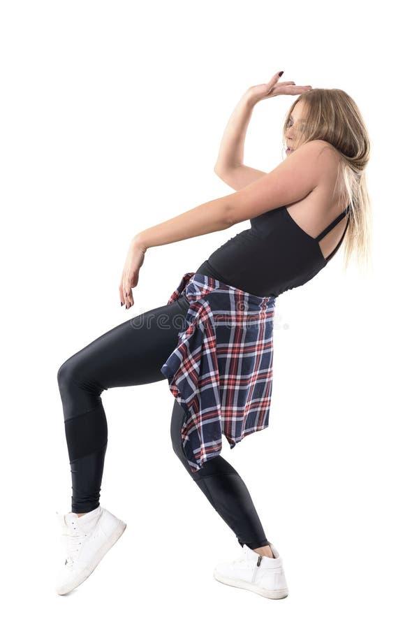 Movimiento parado de los aeróbicos enérgicos jovenes apasionados del entrenamiento de la danza del jazz del baile de la mujer imágenes de archivo libres de regalías