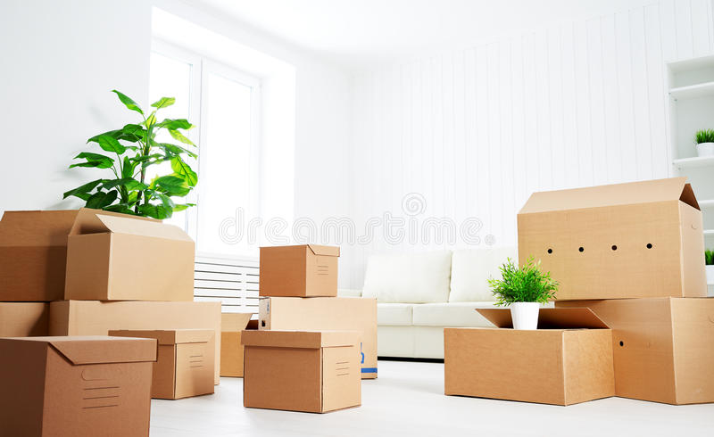 movimiento porciones de cajas de cartón en el nuevo apartamento vacío fotografía de archivo