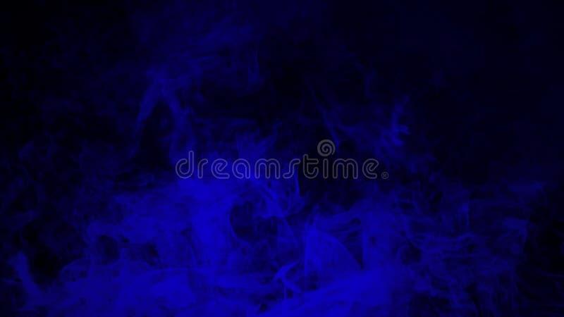 Movimientos azules abstractos del vapor del humo en un fondo negro El concepto de aromatherapy imagen de archivo libre de regalías