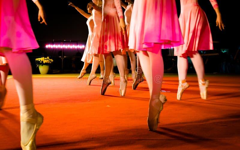 Movimientos clásicos de la danza fotografía de archivo libre de regalías