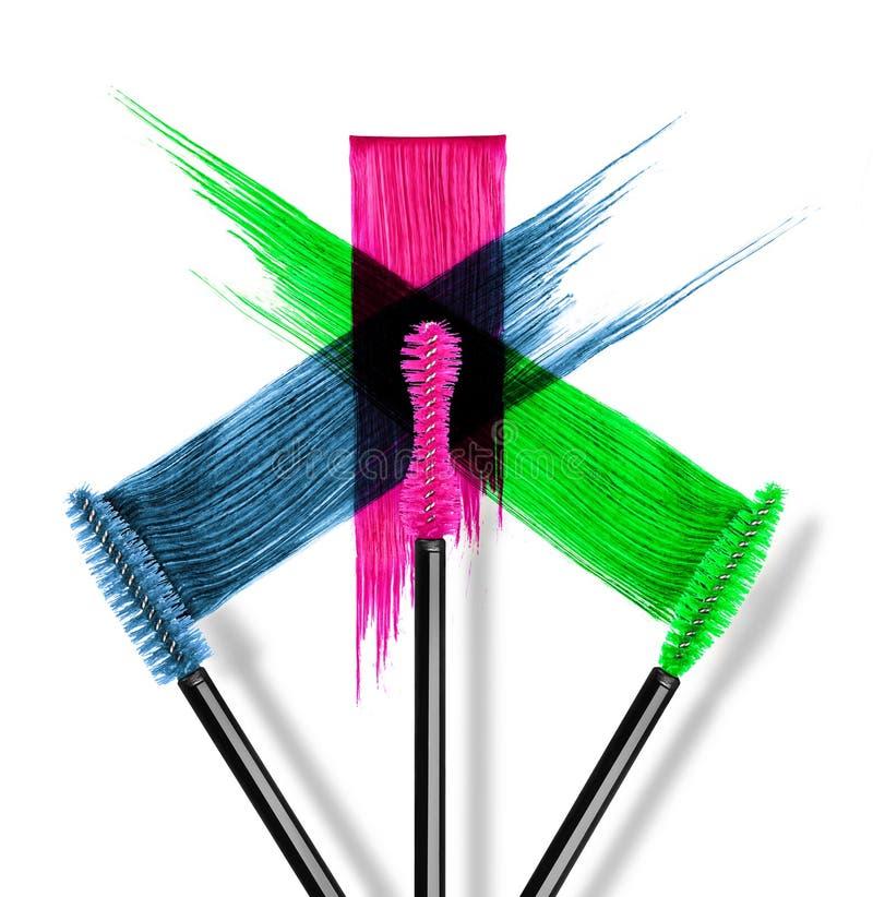 Movimientos del rimel coloreado con el primer de los cepillos imagen de archivo libre de regalías