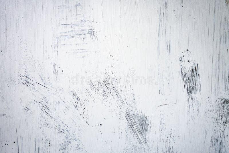 Movimientos texturizados blancos grandes de la pintura del Grunge en fondo negro imagen de archivo libre de regalías