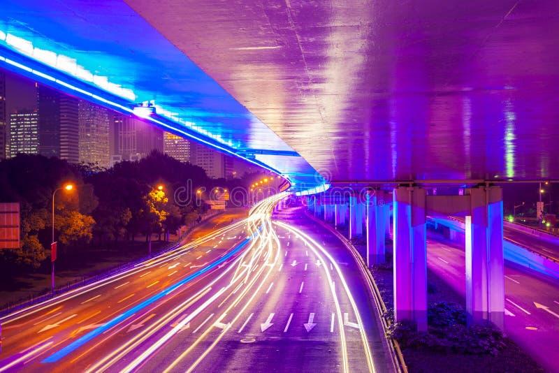 Moving автомобиль с светом нерезкости через город на ноче стоковое изображение rf