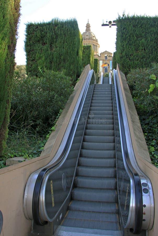 Moving лестница или эскалатор к национальному музею изобразительных искусств Каталонии (MNAC) в Барселоне стоковое изображение rf