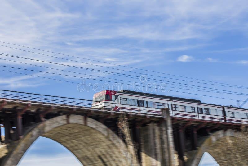 Moving поезд на мосте стоковые фотографии rf