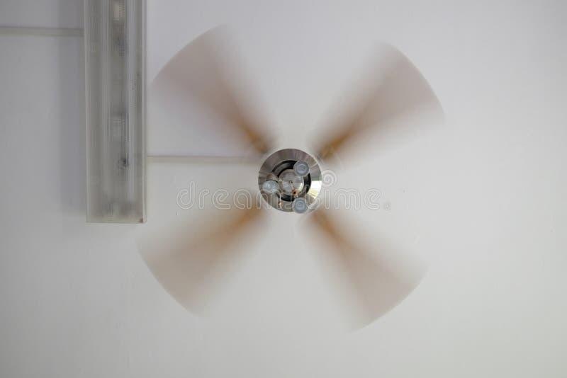 Moving потолочный вентилятор стоковое изображение