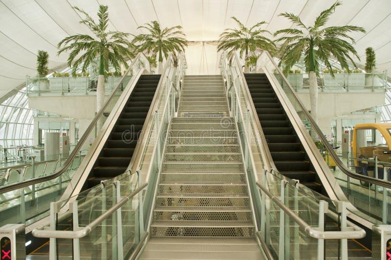 Moving эскалатор в авиапорте дела, Азия. стоковое фото