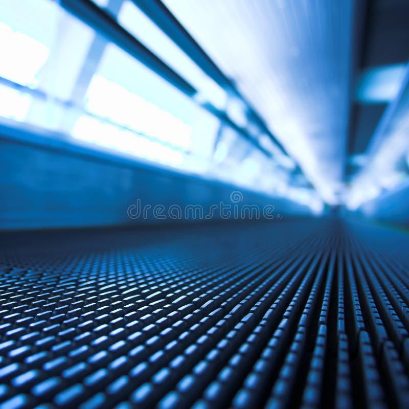 moving kontor för blå rulltrappakorridor royaltyfri foto