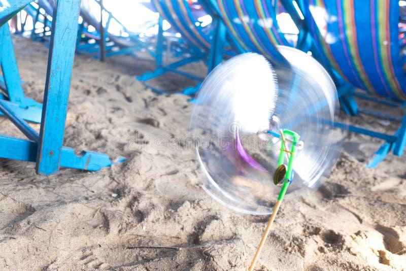 Moving pinwheel на пляже стоковое изображение rf
