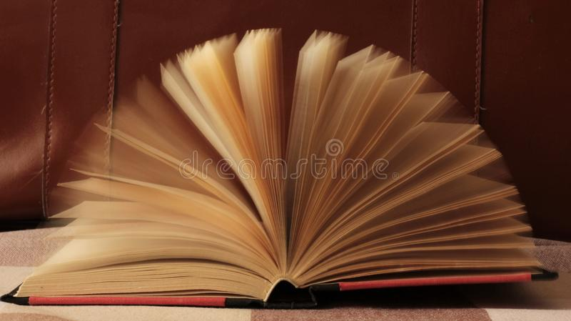 moving sidor f?r bok royaltyfria bilder
