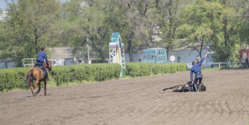 Mowa atletą na koniu przy torem wyścigów konnych na otwarciu zdjęcie royalty free