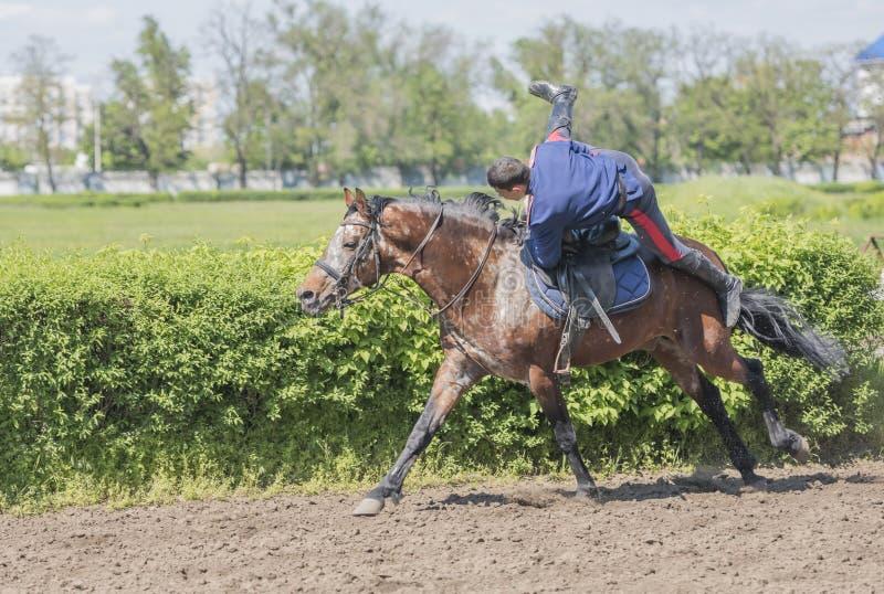 Mowa atletą na koniu przy torem wyścigów konnych na otwarciu obrazy stock