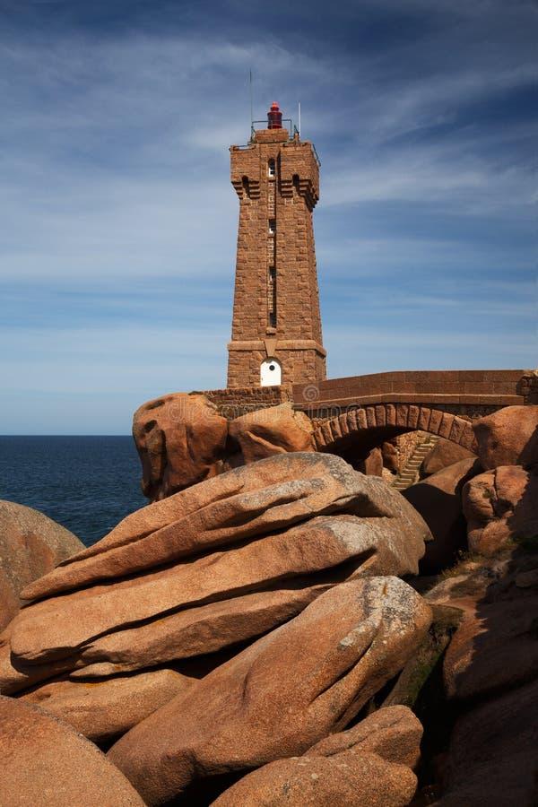 Moyen Ruz, Ploumanach, la Bretagne, France de Le phare de photo stock