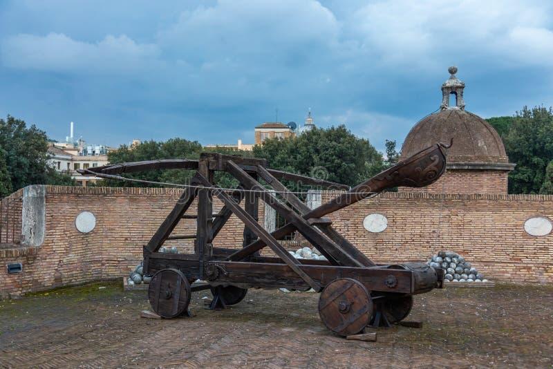 Moyens Âges jetant des armes sur le mur du château de l'ange de saint, Rome image libre de droits