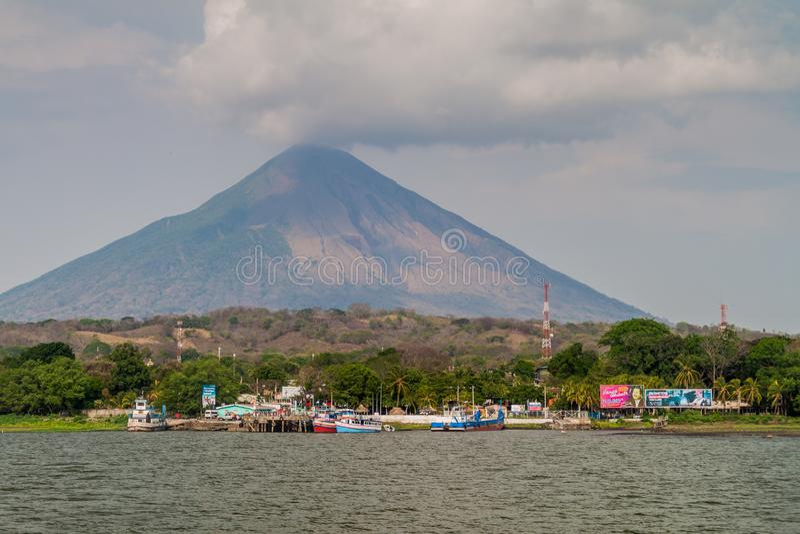 MOYOGALPA, NICARAGUA - MEI 1, 2016: Weergeven van Myogalpa-dorpshaven bij Ometepe-eiland, Nicaragua Volcano Concepcion binnen stock afbeelding