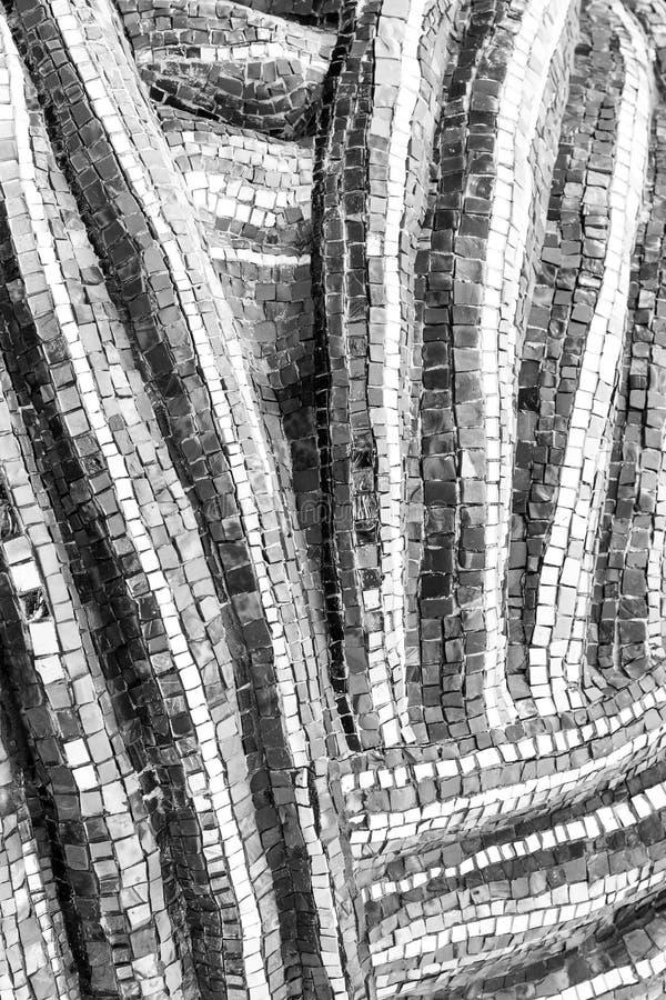 Mozaïek aan de muur met zwarte en witte fragmenten op Abstract kunstachtergrond retro oude stijl royalty-vrije stock afbeeldingen