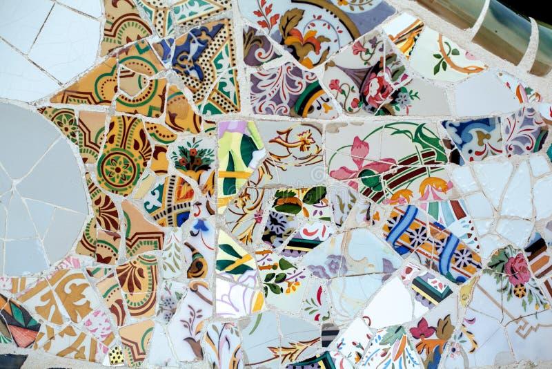Mozaïek in het park in Barcelona, Spanje Ceramische raadsels, textuur, achtergrond royalty-vrije stock fotografie